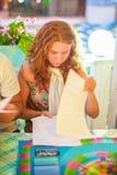 En dam läser ett dokument på tabellen arkivfoto