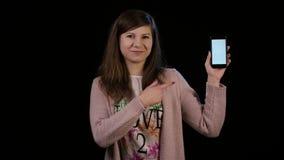 En dam Pointing till en telefon med en vit skärm Royaltyfria Bilder