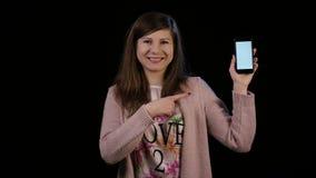 En dam Pointing till en telefon med en vit skärm Royaltyfria Foton