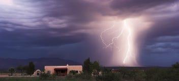 En dans av blixt i utlöparen Arkivfoton