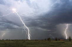 En dans av blixt över en grannskap Royaltyfri Fotografi