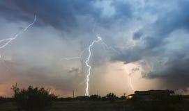 En dans av strimman för blixtbultar ovanför en grannskap Fotografering för Bildbyråer