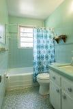En date de 1950 salle de bains simple de s avec la tuile verte photo stock