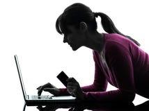 Silhouette för dator för bärbar dator för hållande kreditkort för kvinna beräknande Royaltyfria Bilder