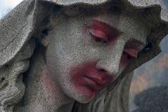 En defaced staty av en kvinna på en grav royaltyfri bild