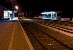 En dehors d'une station de train, la nuit Photos stock