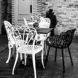 En dehors de la table de salle ? manger et des chaises photos stock