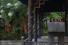 En dekorativ och rostig rökelsekar som visar dess historia Royaltyfri Bild