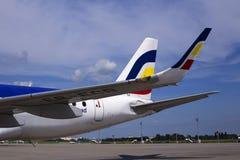 En del av Air Moldova Embraer ERJ-190 flygplan med logo Royaltyfri Fotografi