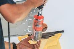 En del av att förbereda sig att installera den nya luftkonditioneringsapparaten Royaltyfria Bilder