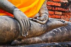 En del av den forntida Buddhastatyn i meditationposition Arkivbilder