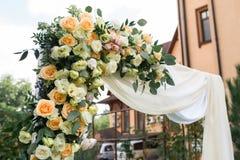 En del av den härliga bröllopbågen med ny vita blommor och grönska i trädgården Royaltyfria Foton