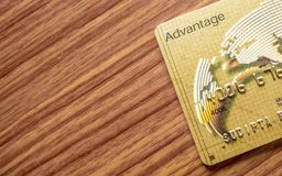 En del av för trätabell för kreditkort liggande bakgrund On-line shoppingbegrepp royaltyfri fotografi
