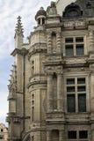 En del av en fasad med fönstren och kolonnerna av stadshuset i den franska stadsarrasen Royaltyfri Foto