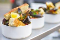 En del av lagade mat musslor på en platta Utomhus- mat på terrassen Royaltyfria Foton