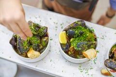 En del av lagade mat musslor på en platta Utomhus- mat på terrassen Arkivbild
