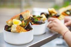 En del av lagade mat musslor på en platta Utomhus- mat på terrassen Royaltyfri Fotografi