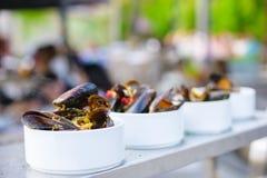 En del av lagade mat musslor på en platta Utomhus- mat på terrassen Fotografering för Bildbyråer