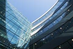 En del av modern affärsbyggnad mot blå himmel Arkivfoton