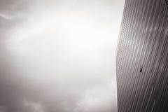 En del av modern affärsbyggnad mot himmel Arkivbild