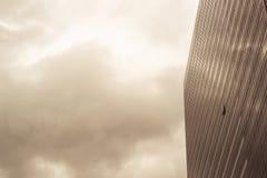En del av modern affärsbyggnad mot himmel Royaltyfri Bild