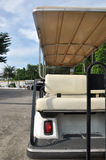 En delsida av golfbilen med baksäte arkivfoto