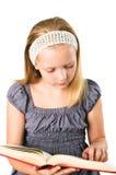 En deltagaretonåringflicka som läser en bok Royaltyfri Bild
