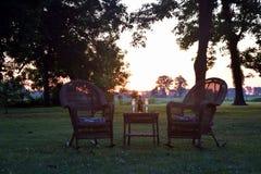En deltagryning för två på gräsmattan på Belmont den antebellum kolonin royaltyfri foto