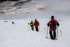 En descendant de à la montagne d'Elbrus Images libres de droits