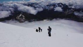 En descendant de à la montagne d'Elbrus banque de vidéos