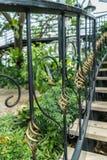 En detalj av den krökta metallräcket på utomhus- trappa arkivbilder