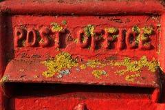 En detalj av en gammal brittisk röd Postbox Royaltyfria Bilder