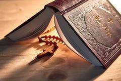 En detaljerad bok med psalmer och träpärlor royaltyfri bild