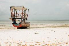 En dhow på den Uroa stranden, Zanzibar arkivfoton