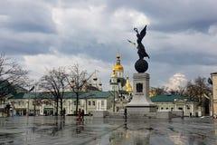 En diciembre de 2017, Járkov, Ucrania: el monumento de la independencia, nombró el vuelo Ucrania, situada en cuadrado de la const fotos de archivo libres de regalías