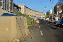 En diciembre de 2013 Kiev, Ucrania: Euromaidan, Maydan, detailes de Maidan de barricadas y de tiendas en la calle de Khreshchatik Imagen de archivo