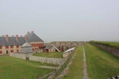 En dimmig dag på väggarna av den historiska fästningen av Louisburg på uddeBretonön Royaltyfri Fotografi