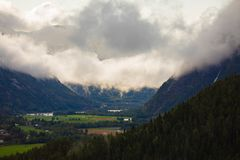 En dimmig morgon royaltyfria bilder