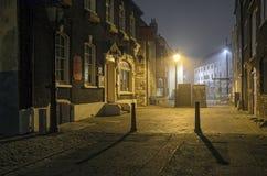 En dimmig natt på den Poole kajen Arkivbild