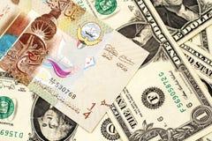 En dinarsedel från Kuwait med amerikanen en dollar räkningar arkivbild