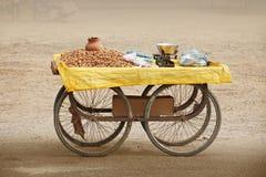 En dirección contraria venta cacahuetes asados. La India. Imagen de archivo libre de regalías