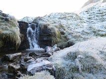 En djupfryst bergssidaström, Sligo Irland Royaltyfri Foto