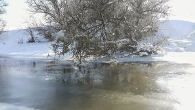 En djupfryst flod i fångenskap nära förkylningen bluen clouds skysnowsticken Jag gillar att gå på en djupfryst flod Åka skridskor Arkivbild