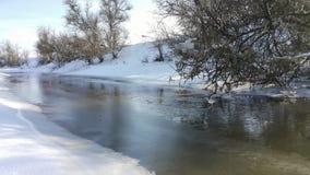 En djupfryst flod i fångenskap nära förkylningen bluen clouds skysnowsticken Jag gillar att gå på en djupfryst flod Åka skridskor Arkivfoton