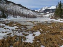 En djupfryst gröngöling sjö i Rocky Mountain National Park, Estes parkerar, C Arkivfoton