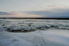 En djupfryst sjö i Island Arkivfoto