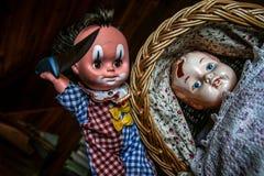 En docka försöker att döda andra arkivfoto