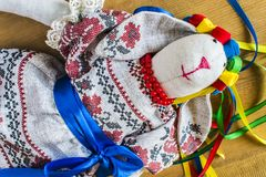 En docka i en nationell dräkt med band ligger Fotografering för Bildbyråer