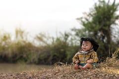 En docka som en ung flicka som sitter på ett hö royaltyfri fotografi