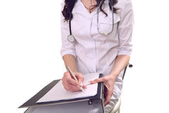 En doktor i kirurgin utför administrativt arbete Royaltyfria Bilder